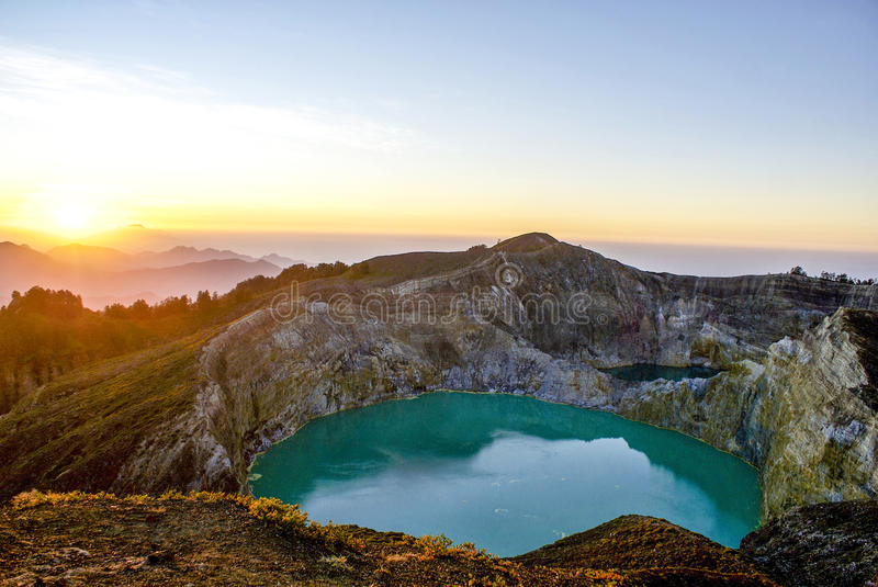 Восход солнца na górze Kelimutu, Flores, Индонезия стоковая фотография rf