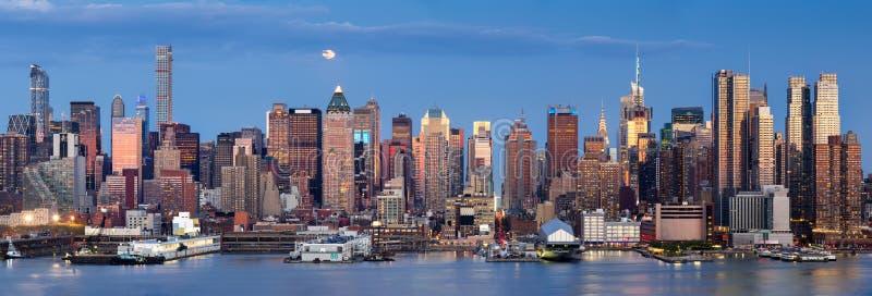 Восход луны над центром города западным с горизонтом Манхаттана, Нью-Йорком стоковое фото