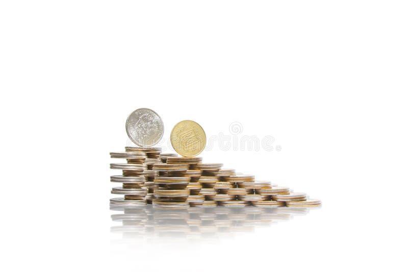 2 восходящих группы в составе кучи монеток с русским рублем и украинец чеканят на верхней части стоковые изображения