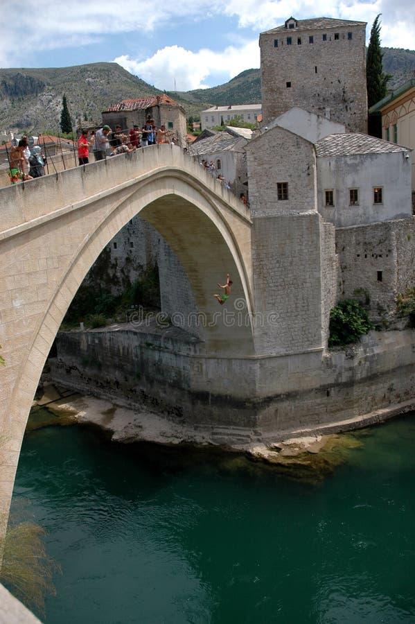 Вода большой возвышенности скача от известного старого моста в Мостаре, b стоковая фотография rf
