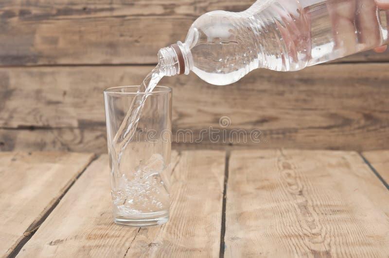 Download вода бутылочного стекла стоковое изображение. изображение насчитывающей природа - 40588797