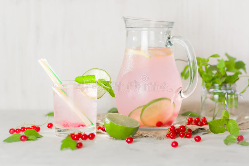 Вода вытрезвителя в стеклянном кувшине и стекле Ягоды и известка, красный цвет и зеленый цвет свежая мята листьев скопируйте косм стоковое изображение
