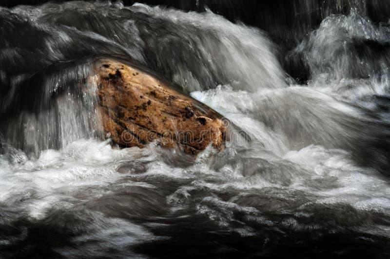 Вода в заводи потока пропуская над утесами приглаживает движение стоковые изображения rf