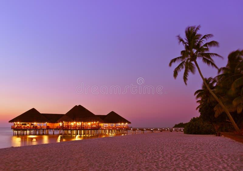 вода захода солнца Мальдивов кафа стоковые изображения rf