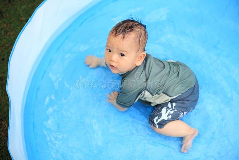 вода игры младенца в бассейне ребенк раздувном стоковые фото