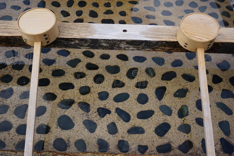 Вода и деревянный ковш воды стоковые фото