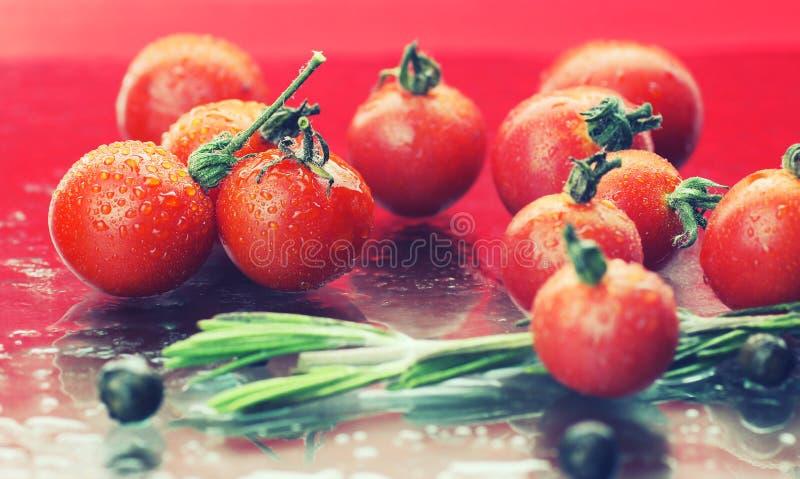 Вода падает зеленые томаты стоковая фотография rf