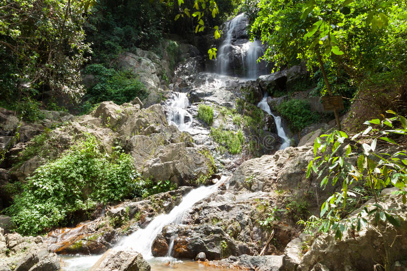 Вода падает от скалы стоковые фото