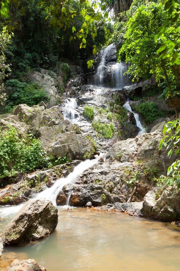 Вода падает от скалы стоковая фотография rf