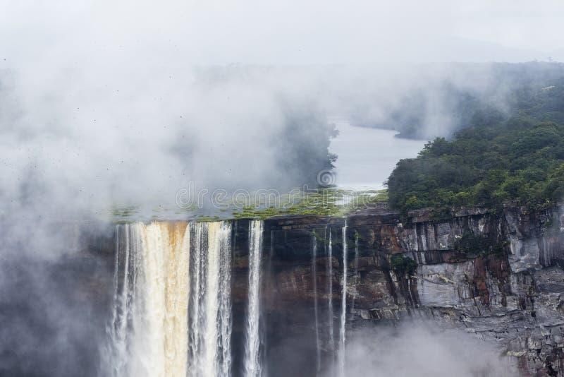 Вода падая над скалой стоковое фото rf
