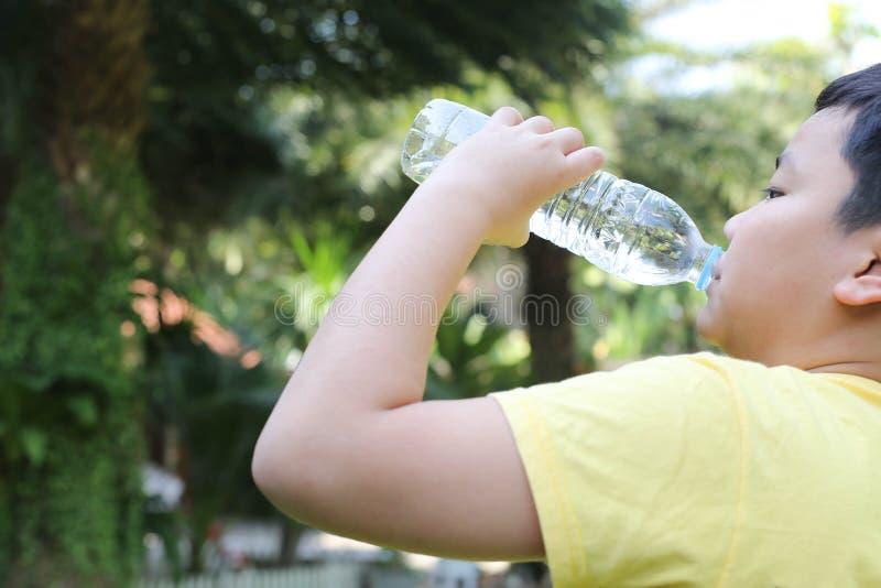 Вода питья мальчика стоковые изображения