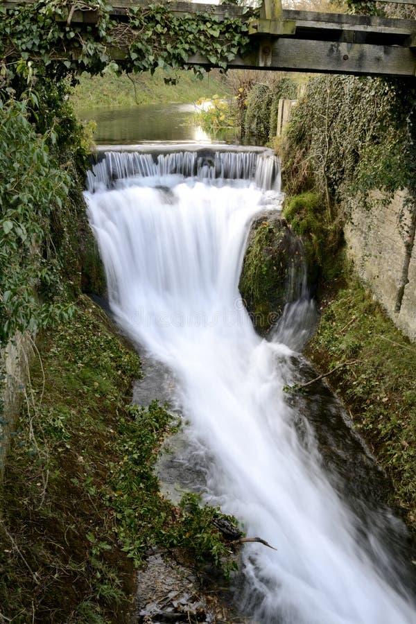 Вода под мостом. стоковые фотографии rf