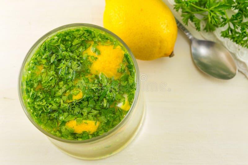 Вода с петрушкой и лимоном стоковые изображения