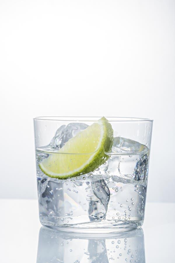 Вода с льдом в стекле стоковое изображение