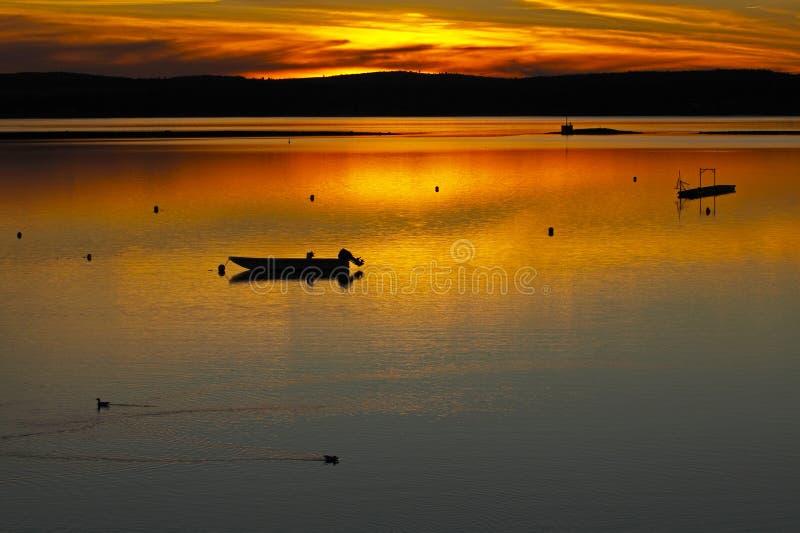 Вода шлюпки захода солнца Сент-Эндрюса золотая стоковое изображение