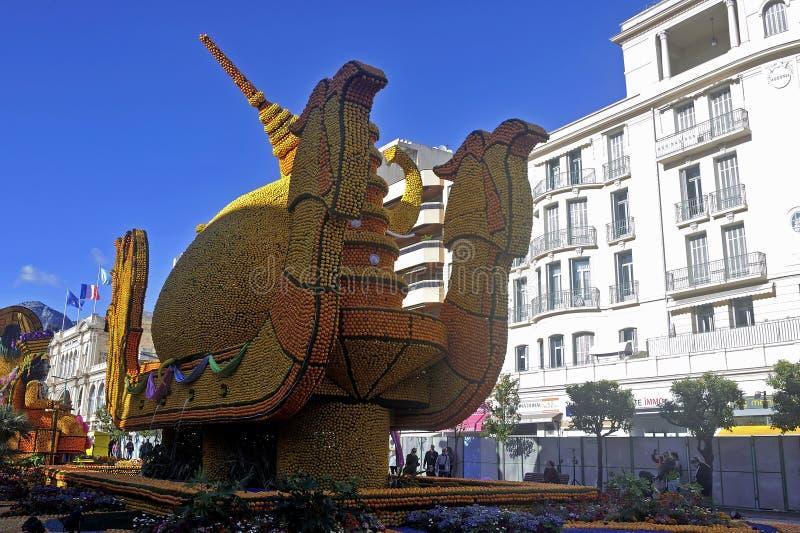 Во время фестиваля лимонов в Ментоне в городе Бивес сады стоковые изображения