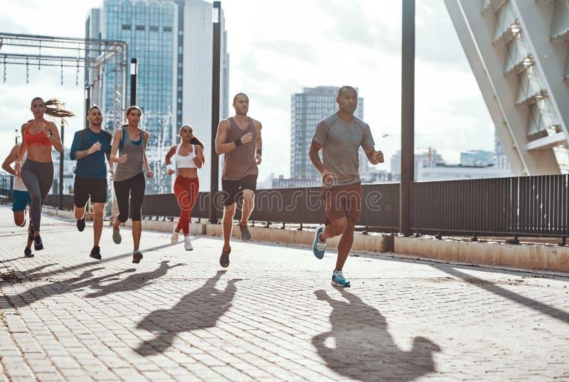 Во всю длину людей в одежде спорт стоковая фотография rf