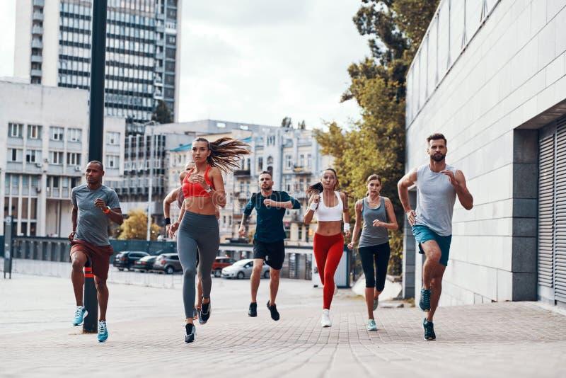 Во всю длину людей в одежде спорт стоковые фото