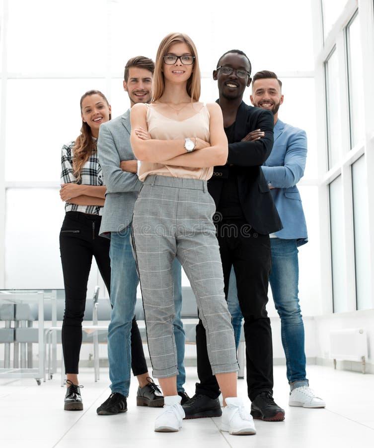 Во всю длину усмехаясь бизнесменов соберите положение в ряд w стоковое изображение rf