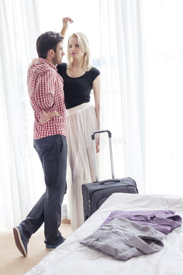 Во всю длину времени молодой траты пар качественного в гостиничном номере стоковая фотография