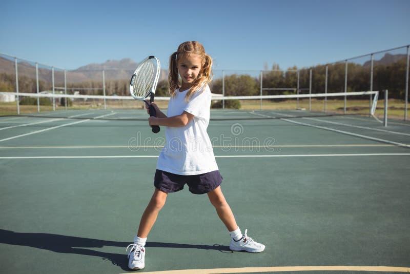 Во всю длину девушки играя теннис стоковое фото
