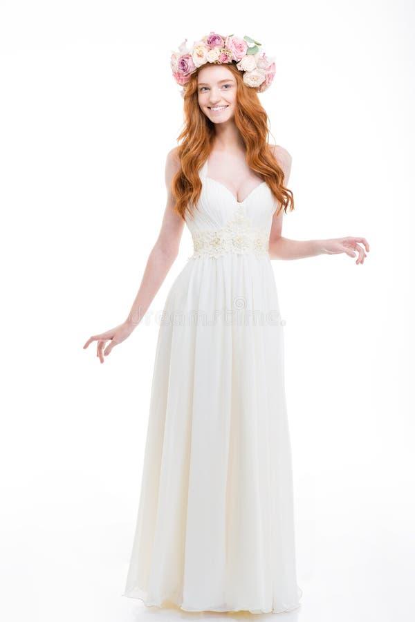 Во всю длину красивой усмехаясь невесты в венке роз чернил стоковое фото
