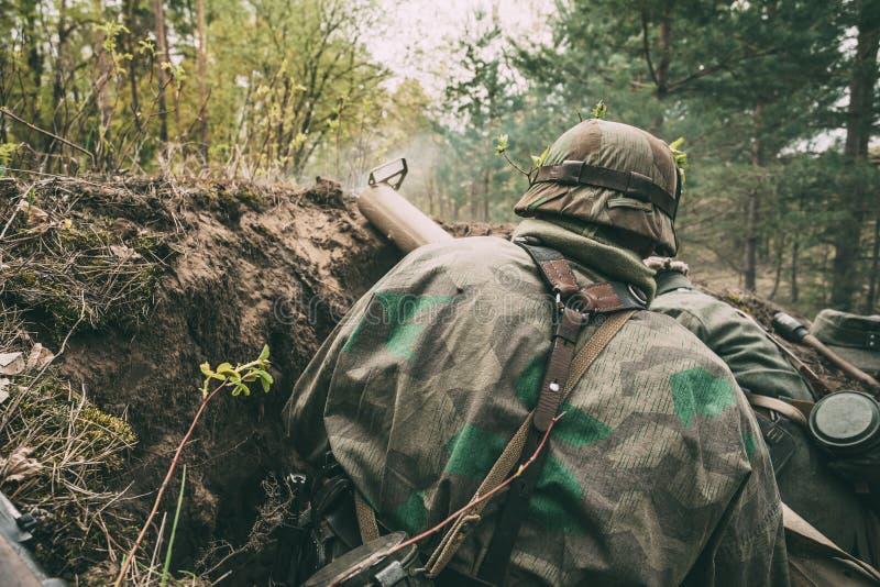 Во Вторую Мировую Войну Немецкие Вермахтские Пехотные Солдаты Одеты Рядом С Ручной Антотанковой Гранатой стоковое изображение rf