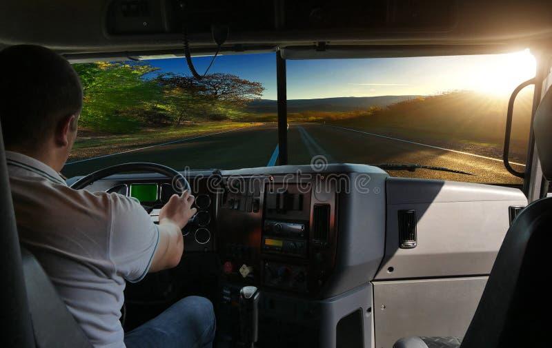 Водитель грузовика на дороге стоковые фото