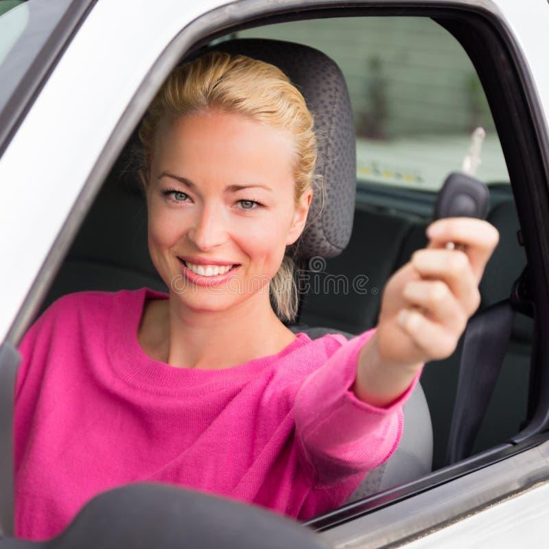Download Водитель женщины показывая ключи автомобиля Стоковое Фото - изображение насчитывающей утеха, autobahn: 40587480