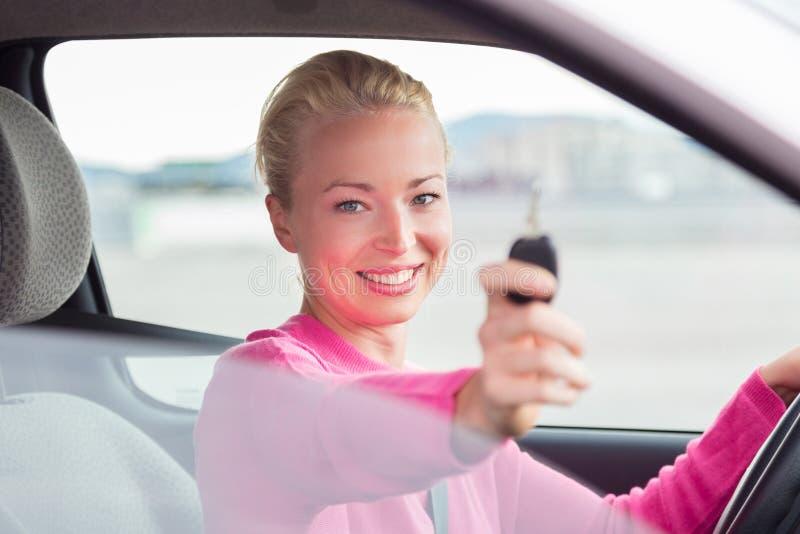 Download Водитель женщины показывая ключи автомобиля Стоковое Фото - изображение насчитывающей утеха, стекло: 40587514