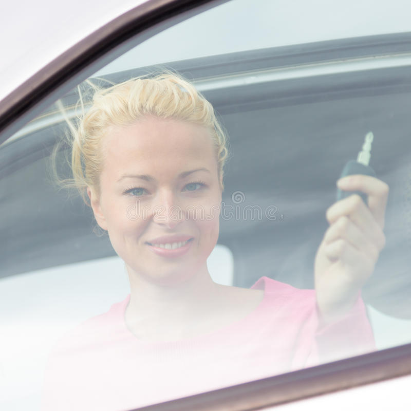 Download Водитель женщины показывая ключи автомобиля Стоковое Фото - изображение насчитывающей привлекательностей, ново: 40587542