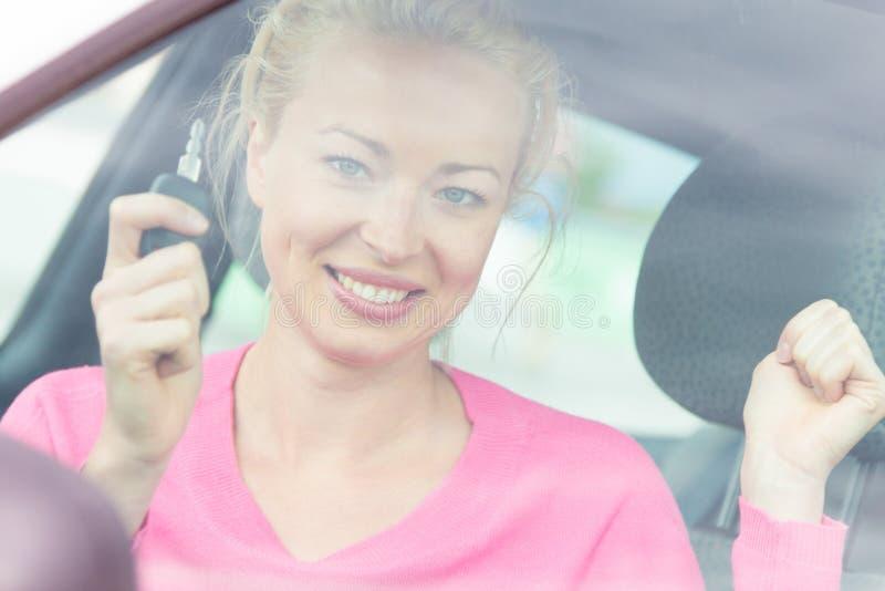 Download Водитель женщины показывая ключи автомобиля Стоковое Фото - изображение насчитывающей экзамен, привод: 40587552