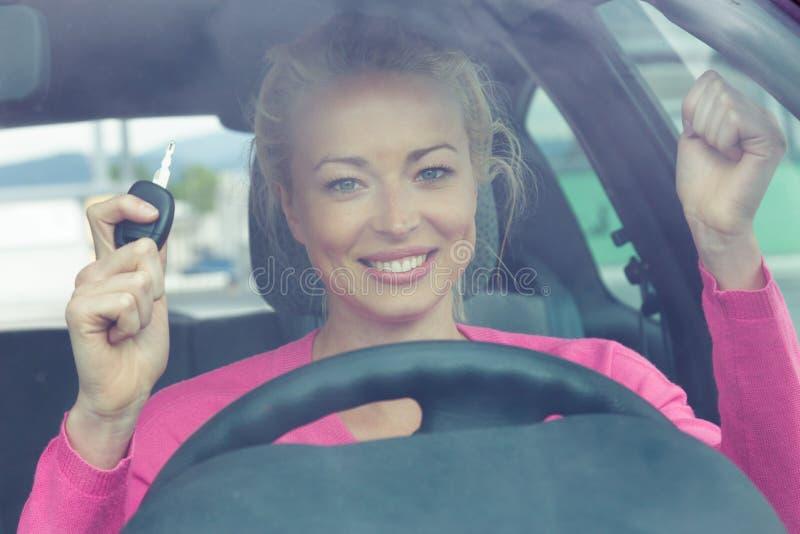 Download Водитель женщины показывая ключи автомобиля Стоковое Фото - изображение насчитывающей персона, adventurousness: 40587564