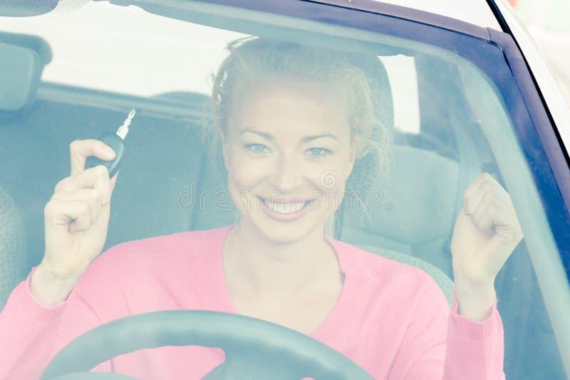 Download Водитель женщины показывая ключи автомобиля Стоковое Фото - изображение насчитывающей excited, adulteration: 40587584