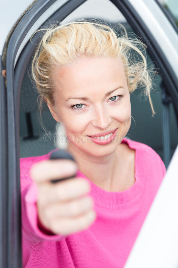 Download Водитель женщины показывая ключи автомобиля Стоковое Фото - изображение насчитывающей счастливо, adulteration: 40587646
