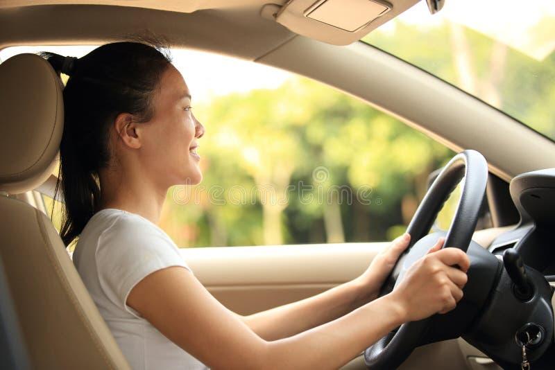 Водитель женщины управляя автомобилем стоковые изображения rf