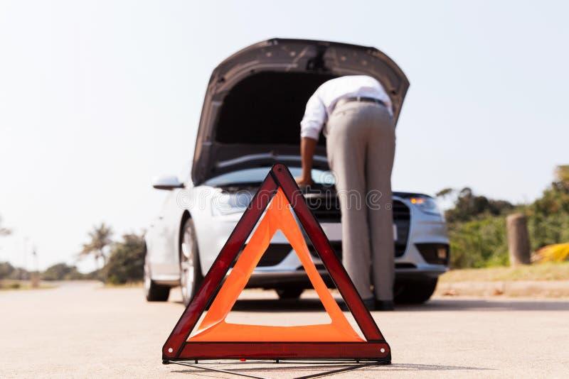 Водитель сломанный вниз с автомобиля стоковое изображение