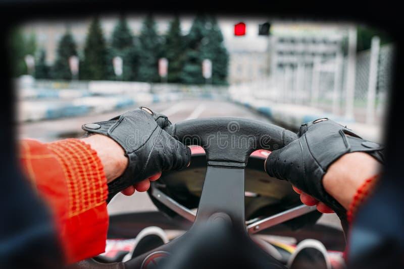 Водитель Karting, взгляд через глаза гонщика стоковые фотографии rf