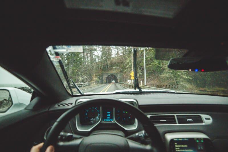Водитель POV внутри рубрики автомобиля к тоннелю стоковые изображения rf