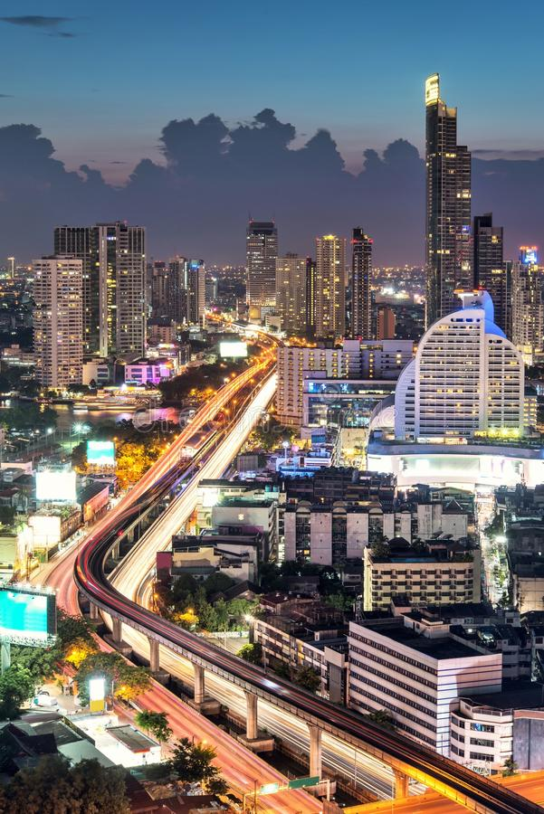 Download водит движение городка дороги ночи вы Стоковое Изображение - изображение насчитывающей свет, midtown: 40577891