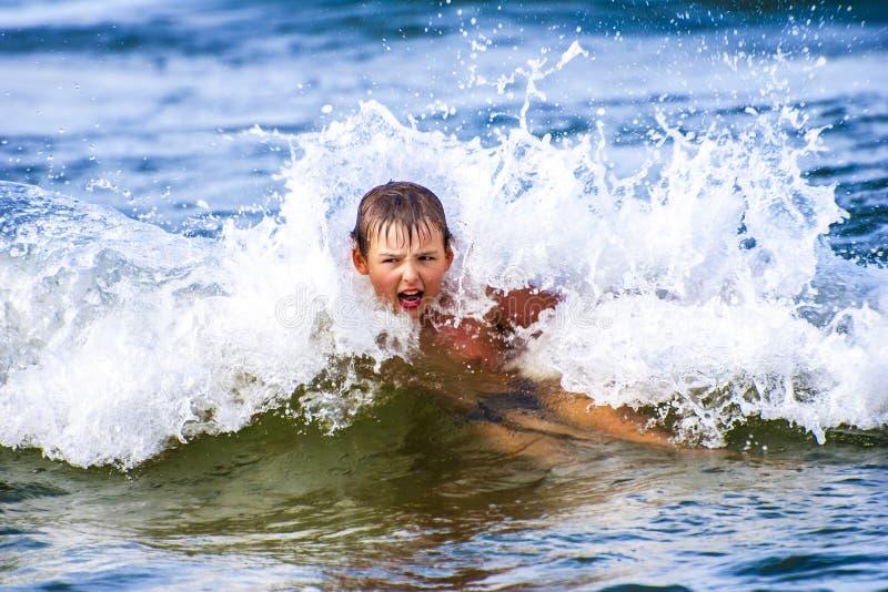 Волна внутренности мальчика стоковая фотография rf