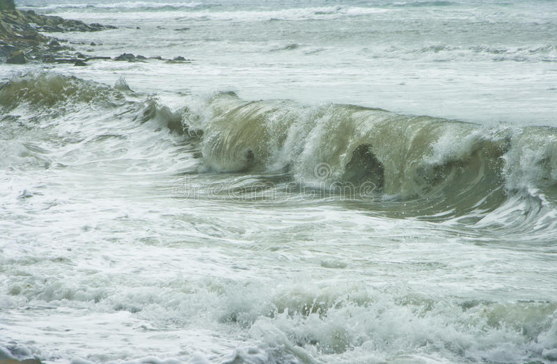 Волна моря пены с брызгает летания на пляже пристаньте дезертированную мать к берегу острова руки сынок моря определяет шторм стоковое изображение