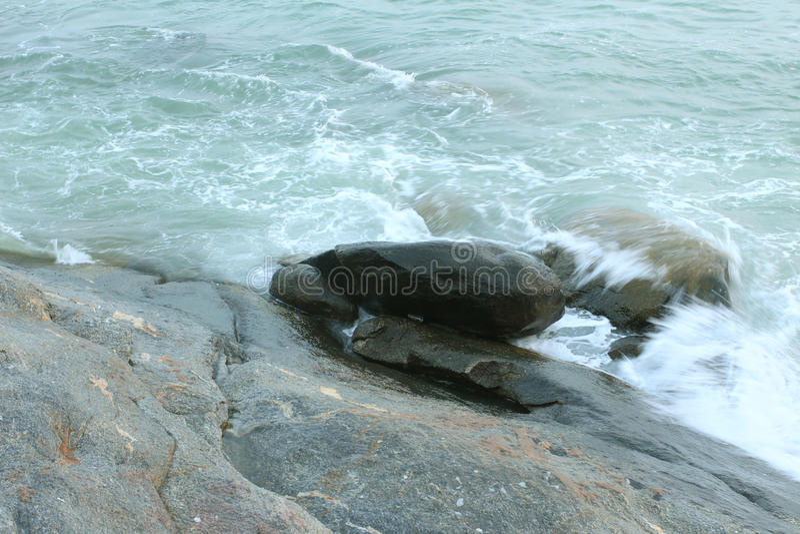 Волна на скалистом и пляже стоковое изображение rf