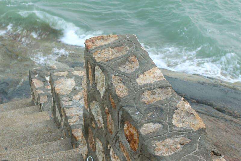 Волна на стене скалистой стоковое изображение