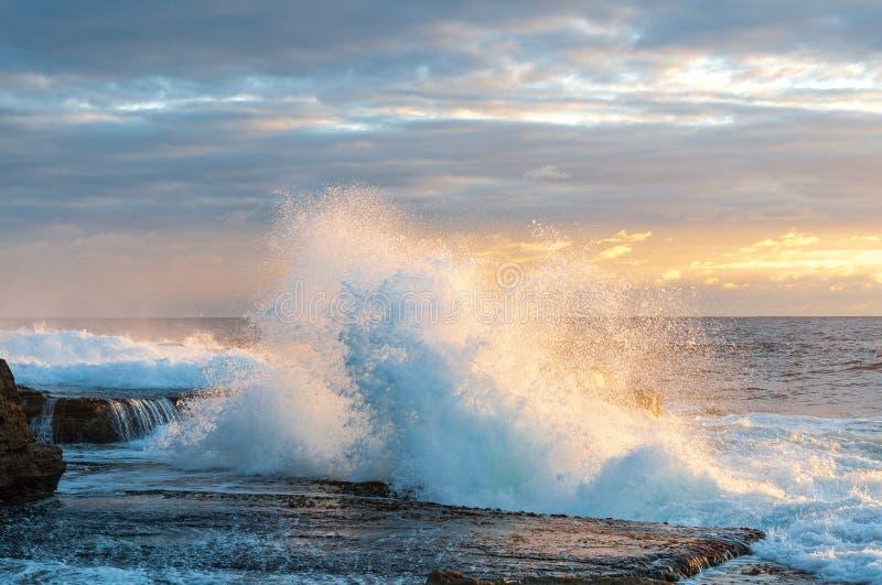 Волна прибоя силы восхода солнца стоковое изображение