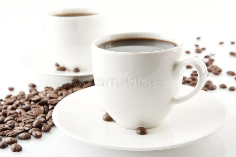 Волна сделанная из кофейных зерен с чашками кофе стоковые фотографии rf