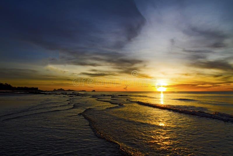 Волна swash восхода солнца стоковое изображение rf