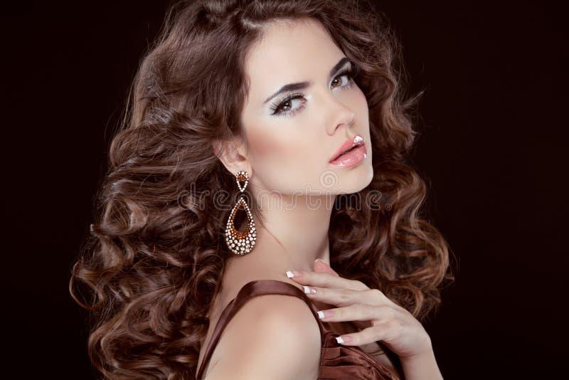 Волнистые волосы. Красивая сексуальная женщина брюнет. Здоровые длинние волосы Брайна стоковое фото