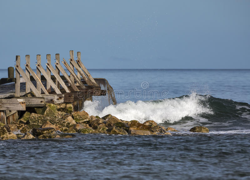 Download Волнорез волны Lossiemouth поразительный. Стоковое Изображение - изображение насчитывающей прибрежно, спокойно: 37927721