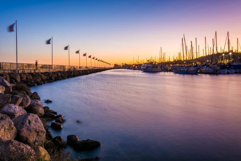 Волнорез и шлюпки на гавани на заходе солнца, в Санта-Барбара, стоковое фото rf